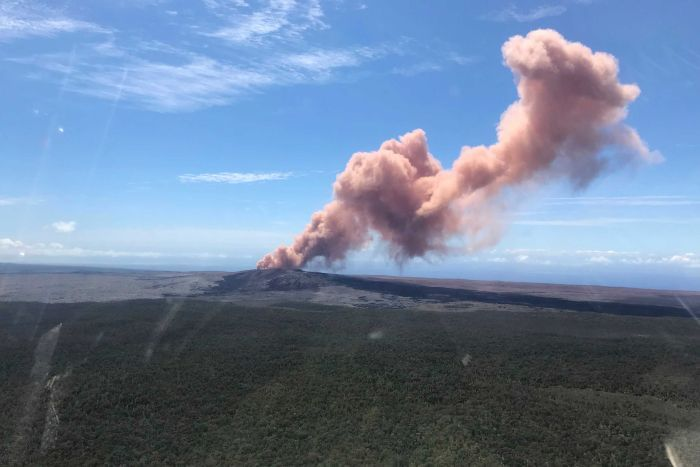 Smoke rises above a volcano in Hawaii|700x467